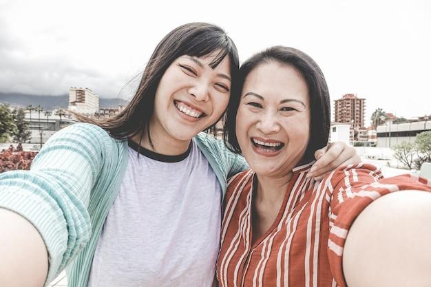 Szczęśliwa Azjata Matka, Córka Bierze Selfie Portreta Fotografię Dla Matka Dnia Fest I Premium Zdjęcia