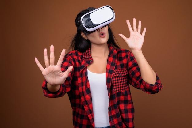Szczęśliwa Azjatka Używa Okularów Vr Do Gry W Wirtualnej Rzeczywistości Premium Zdjęcia