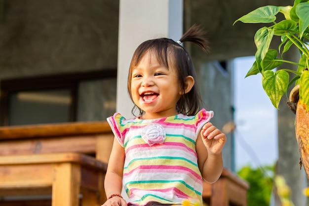 Szczęśliwa Azjatycka Dziecko Dziewczyna Uśmiechnięta I śmia Się. Premium Zdjęcia