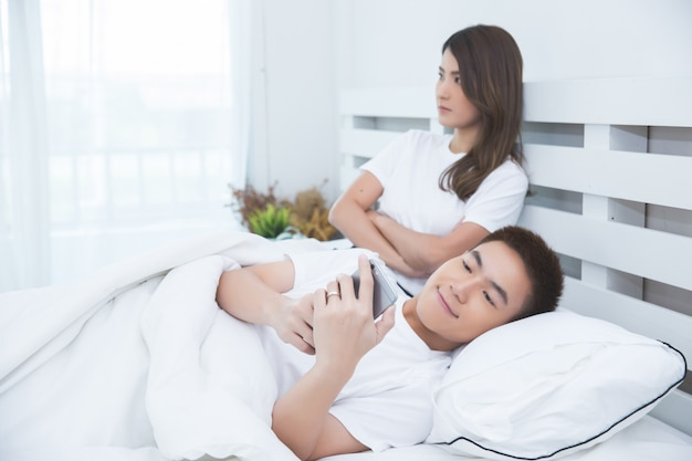 Szczęśliwa Azjatycka Para Na łóżku W Domu Darmowe Zdjęcia