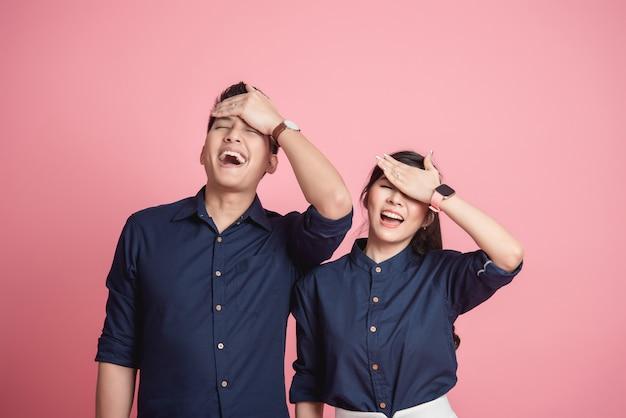 Szczęśliwa Azjatycka Para Robi śmiesznemu Facepalm Gestowi Premium Zdjęcia