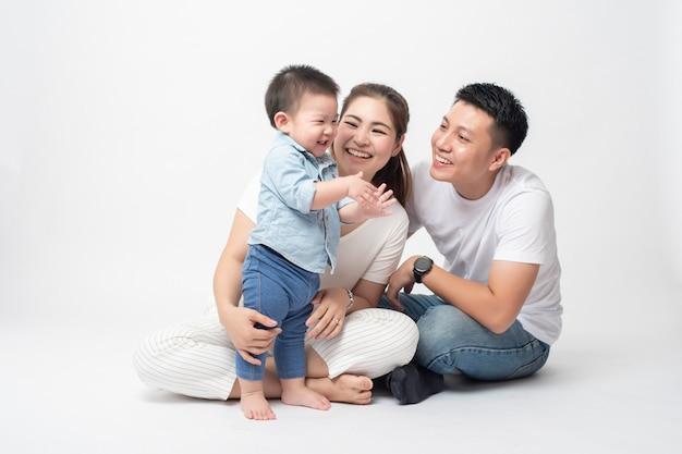 Szczęśliwa Azjatycka Rodzina Cieszy Się Z Synem W Studio Premium Zdjęcia