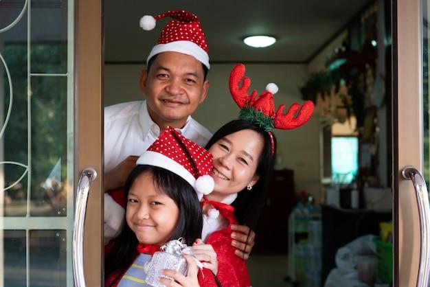 Szczęśliwa Azjatycka Rodzina Córka Matka I Ojciec Uśmiechnięty W Boże Narodzenie Premium Zdjęcia