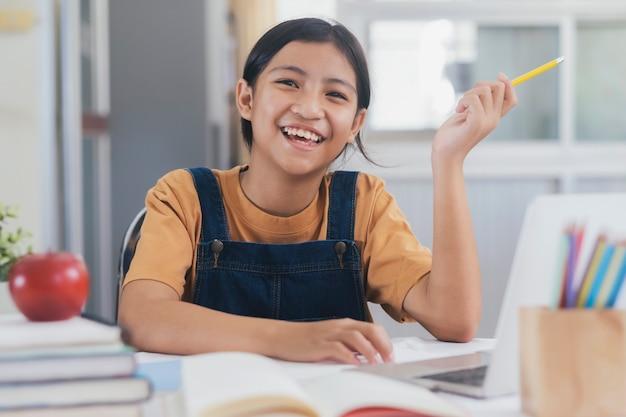 Szczęśliwa Azjatykcia Dziewczyna Uczy Się Online W Domu Premium Zdjęcia