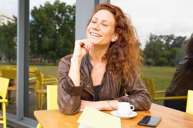 Szczęśliwa Beztroska Kobieta Cieszy Się Ranek W Plenerowym Sklep Z Kawą Darmowe Zdjęcia