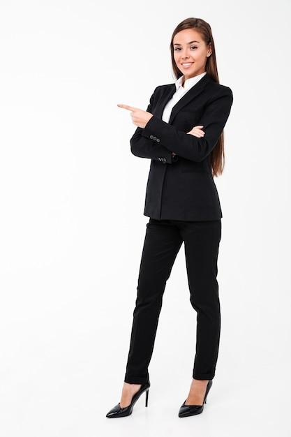 Szczęśliwa Biznesowa Kobieta Wskazuje Copyspace. Darmowe Zdjęcia