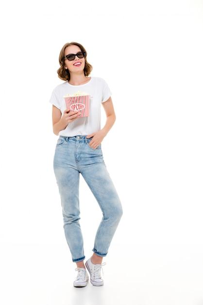 Szczęśliwa Caucasian Kobieta Trzyma Wystrzałowego Kukurydzanego Zegarka Film. Darmowe Zdjęcia