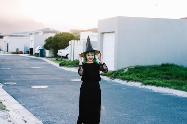 Szczęśliwa Czarownica Trzyma Kapelusz Darmowe Zdjęcia