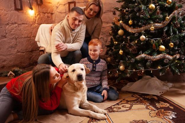 Szczęśliwa Czteroosobowa Rodzina I Pies świętują Nowy Rok Premium Zdjęcia