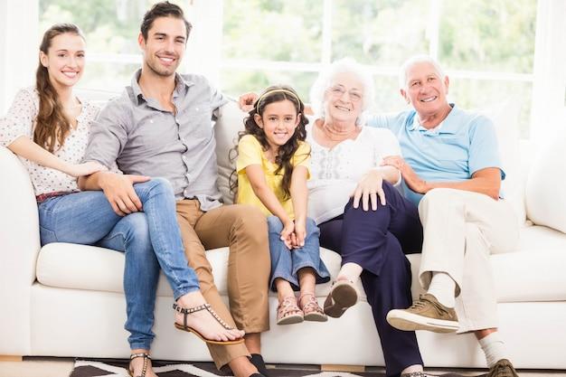 Szczęśliwa dalsza rodzina ono uśmiecha się w domu Premium Zdjęcia