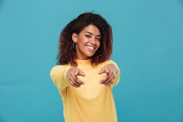Szczęśliwa Dama Afrykańska Ubrana W Ciepły Sweter Skierowany Do Ciebie. Darmowe Zdjęcia