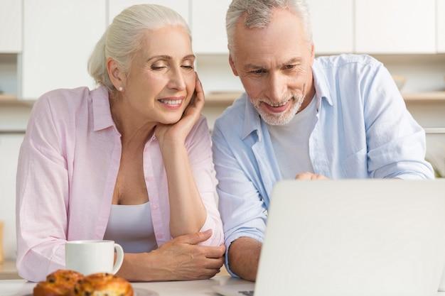 Szczęśliwa Dojrzała Kochająca Pary Rodzina Używa Laptop Darmowe Zdjęcia