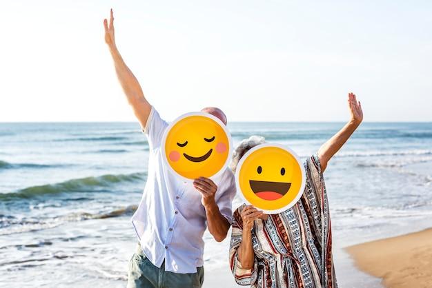 Szczęśliwa dojrzała matka i syn przy plażą Premium Zdjęcia