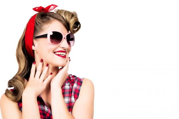 Szczęśliwa dziewczyna jest ubranym okulary przeciwsłonecznych na białym tle w szpilka stylu Premium Zdjęcia