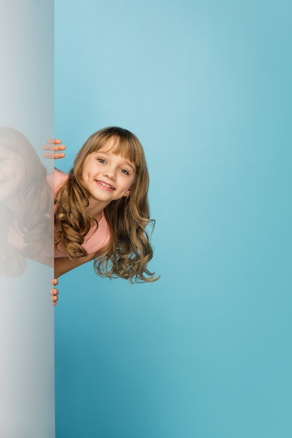 Szczęśliwa Dziewczyna Na Białym Tle Na ścianie Niebieski Studio Darmowe Zdjęcia