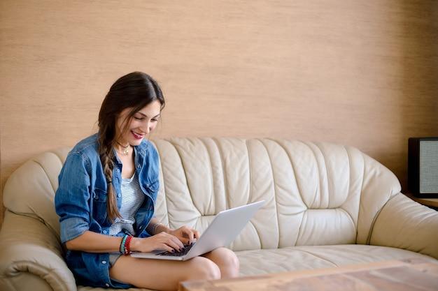 Szczęśliwa Dziewczyna Robi Zakupy Online Na Jej Laptopie Darmowe Zdjęcia