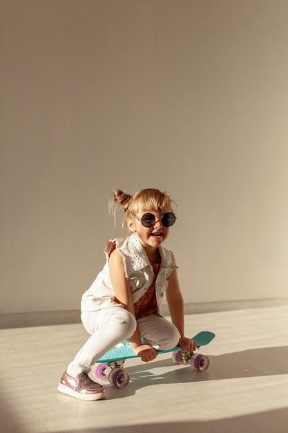 Szczęśliwa Dziewczyna Siedzi Na Deskorolce Darmowe Zdjęcia