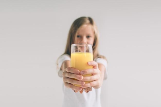 Szczęśliwa Dziewczyna Trzyma Szkło Sok Pomarańczowy Premium Zdjęcia
