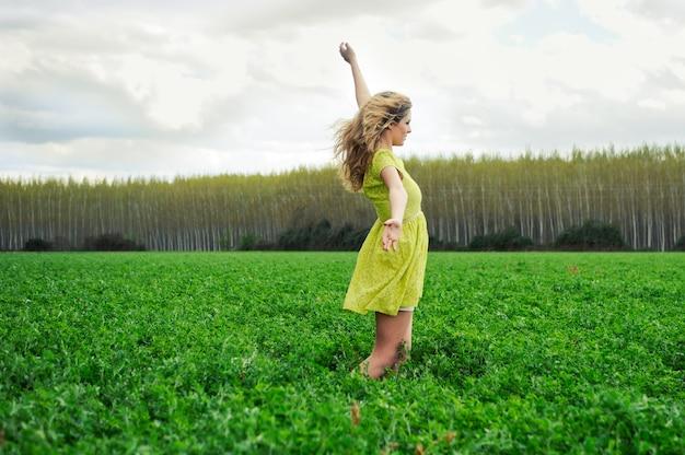 Szczęśliwa Dziewczyna Z Bronią W łąki Darmowe Zdjęcia