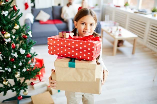Szczęśliwa Dziewczyna Z Prezentami świątecznymi Darmowe Zdjęcia