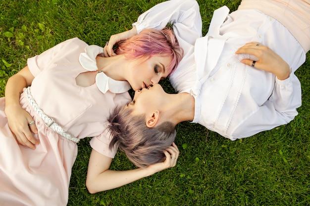 Szczęśliwa Figlarnie Lesbijka Para W Miłości Dzieli Czas Wpólnie Premium Zdjęcia