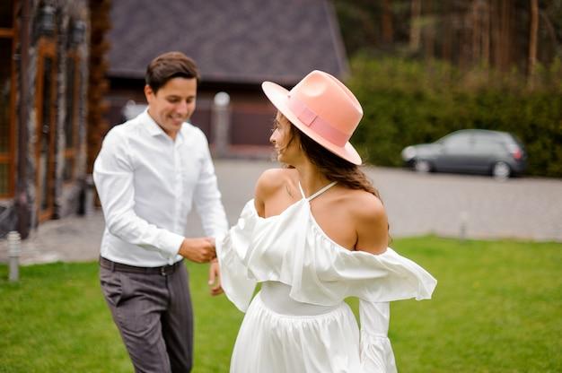 Szczęśliwa i uśmiechnięta para małżeńska Premium Zdjęcia
