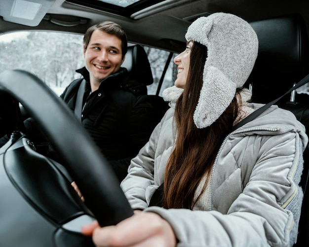 Szczęśliwa I Uśmiechnięta Para Razem W Samochodzie Podczas Podróży Darmowe Zdjęcia