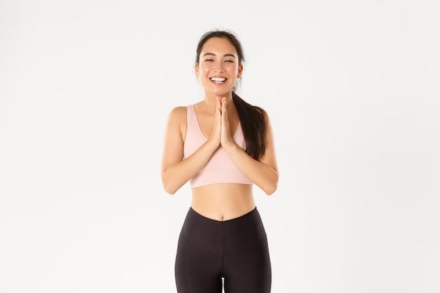 Szczęśliwa I Wdzięczna Azjatycka Atletka Dziękuje Instruktorowi Fitness Lub Trenerowi Za świetny Trening Treningowy, Zaciska Ręce, Brawa I śmieje Się. Premium Zdjęcia