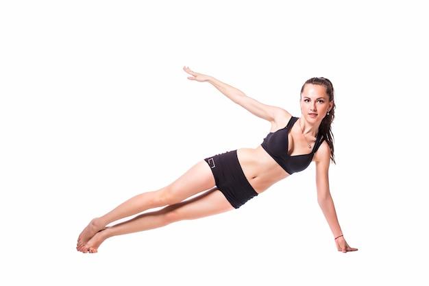 Szczęśliwa Kobieta Fitness Robi ćwiczenia Rozciągające Na Białym Tle Na Białym Tle. Darmowe Zdjęcia