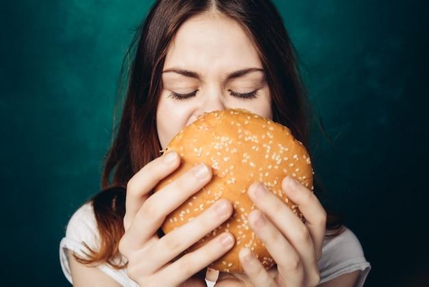Szczęśliwa Kobieta Je Hamburger, Studio Premium Zdjęcia