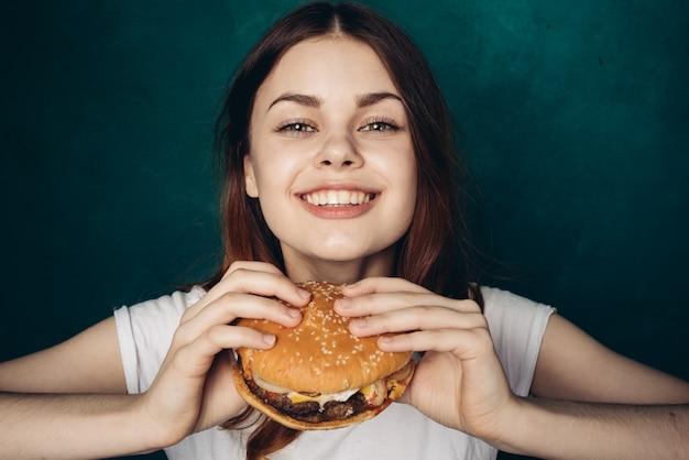 Szczęśliwa Kobieta Je Hamburger Premium Zdjęcia