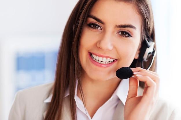 Szczęśliwa Kobieta Nosi Zestaw Słuchawkowy I Szuka Darmowe Zdjęcia