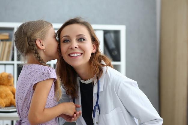 Szczęśliwa Kobieta Pediatra Korzystających Z Wizyty Z Małą Dziewczynką Premium Zdjęcia