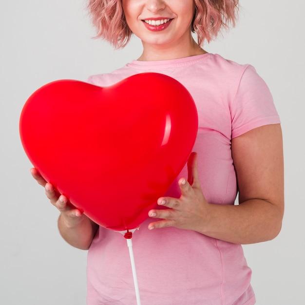 Szczęśliwa Kobieta Pozuje Z Balonem Darmowe Zdjęcia