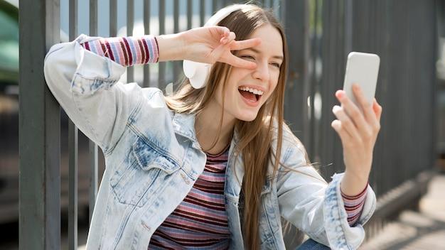 Szczęśliwa Kobieta Słucha Muzyka Darmowe Zdjęcia