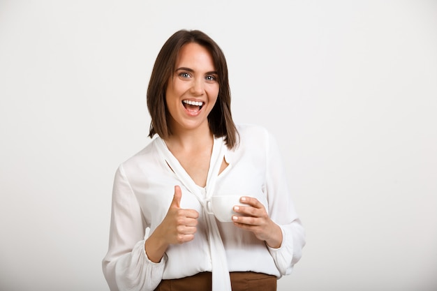 Szczęśliwa Kobieta Sukcesu Kciuki W Górę, Wyrazić Zgodę, Wypić Kawę Darmowe Zdjęcia
