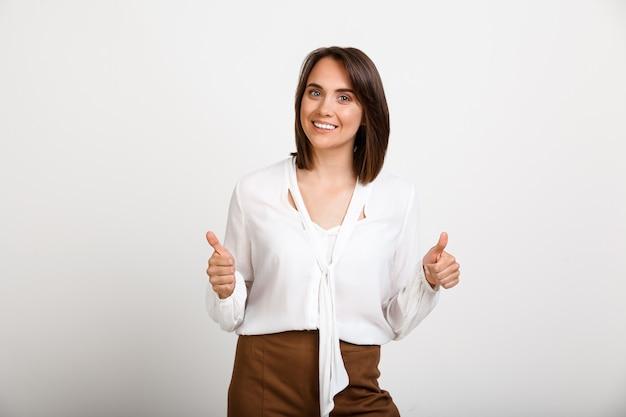 Szczęśliwa Kobieta Sukcesu Kciuki W Górę, Wyrazić Zgodę Darmowe Zdjęcia