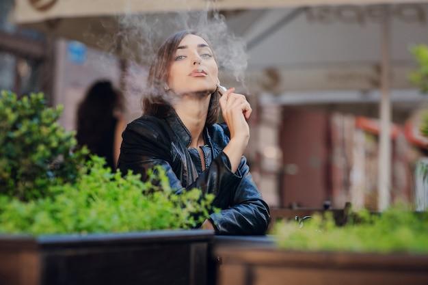 Szczęśliwa Kobieta Z Palenia Papierosa Elektronicznego Darmowe Zdjęcia