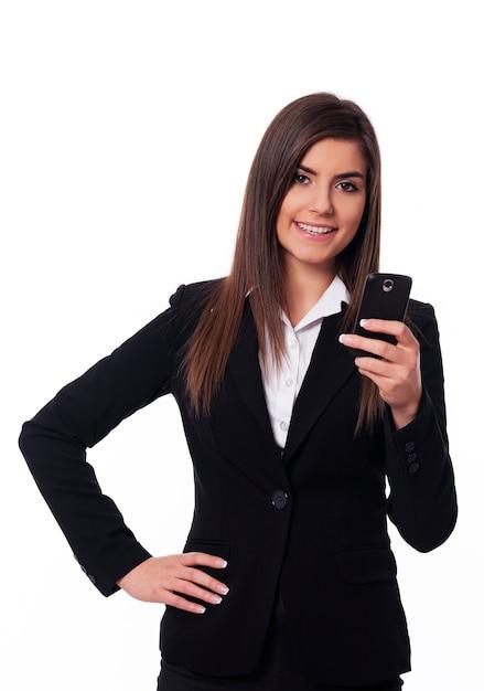 Szczęśliwa Kobieta Za Pomocą Inteligentnego Telefonu Darmowe Zdjęcia