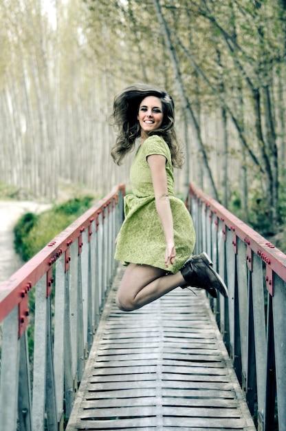 Szczęśliwa Kobieta Zabawy Na Moście Darmowe Zdjęcia
