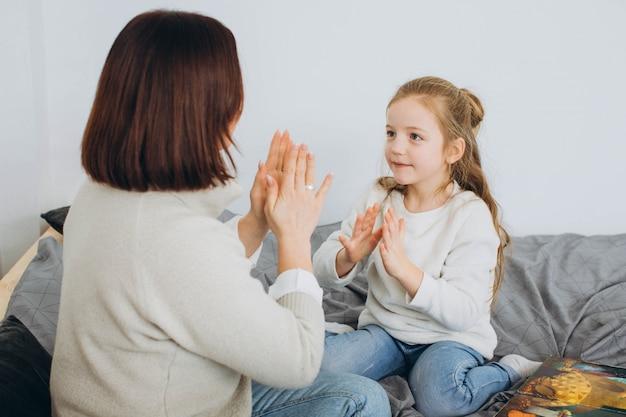 Szczęśliwa Kochająca Rodzina. Matka I Jej Córka Bawią Się W Pokoju Dziecięcym. Premium Zdjęcia