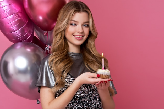 Szczęśliwa ładna Dziewczyna Z Kremowym Tortem I Różowymi Balonami Premium Zdjęcia