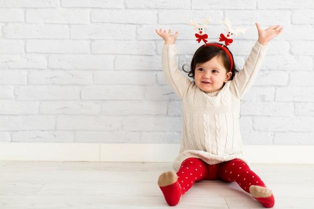 Szczęśliwa mała dziewczynka podnosi jej ręki Darmowe Zdjęcia