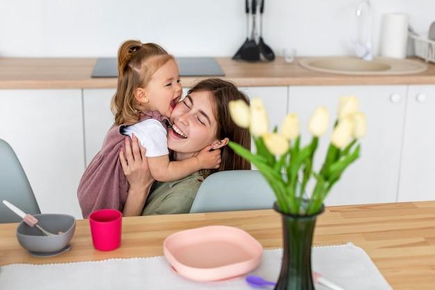 Szczęśliwa Matka Dziecka Gospodarstwa Darmowe Zdjęcia