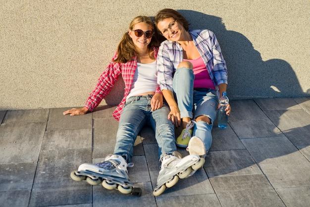 Szczęśliwa matka i córka nastolatka rozmawia na zewnątrz Premium Zdjęcia