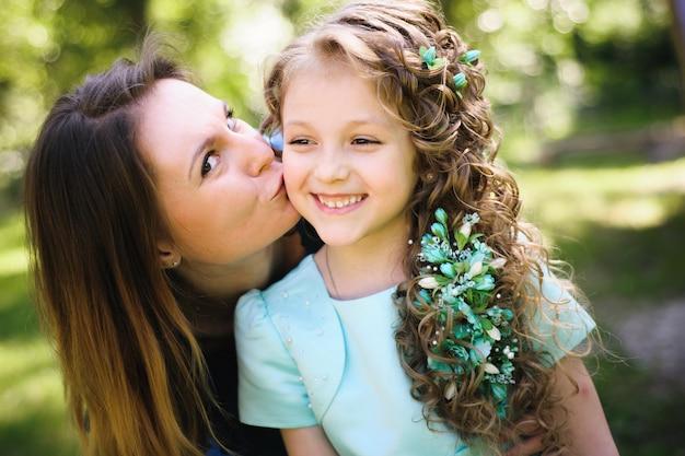 Szczęśliwa matka i córka wpólnie outdoors w parku Premium Zdjęcia
