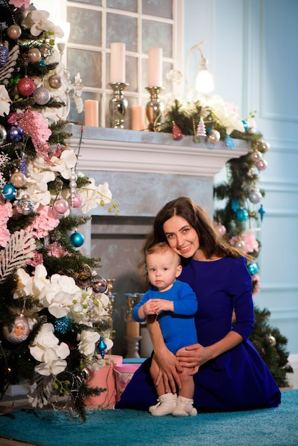 Szczęśliwa matka i dziecko świętują boże narodzenie Premium Zdjęcia