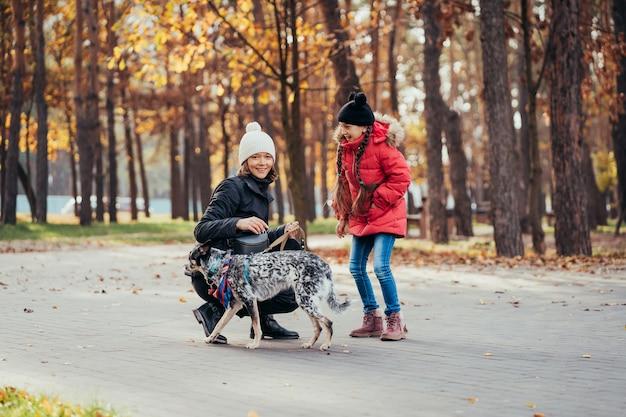 Szczęśliwa Matka I Jej Córka Bawić Się Z Psem W Jesień Parku Darmowe Zdjęcia