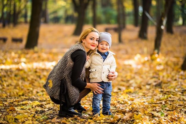 Szczęśliwa Matka I Syn Bawią Się W Jesiennym Parku Darmowe Zdjęcia