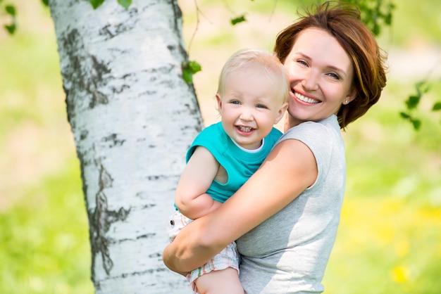 Szczęśliwa Matka I Syn Malucha W Polu Darmowe Zdjęcia